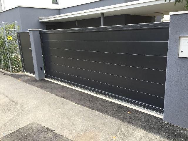 portail coulissant gris foncé